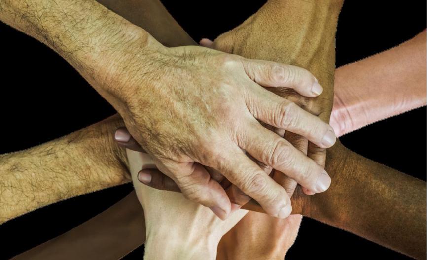 Das Bild zeigt aufeinanderliegende Hände von Menschen unterschiedlichen Geschlechts und unterschiedlicher Hautfarbe. Es ist ein Ausdruck von Vielfalt. Unternehmen müssen Diversität fördern!