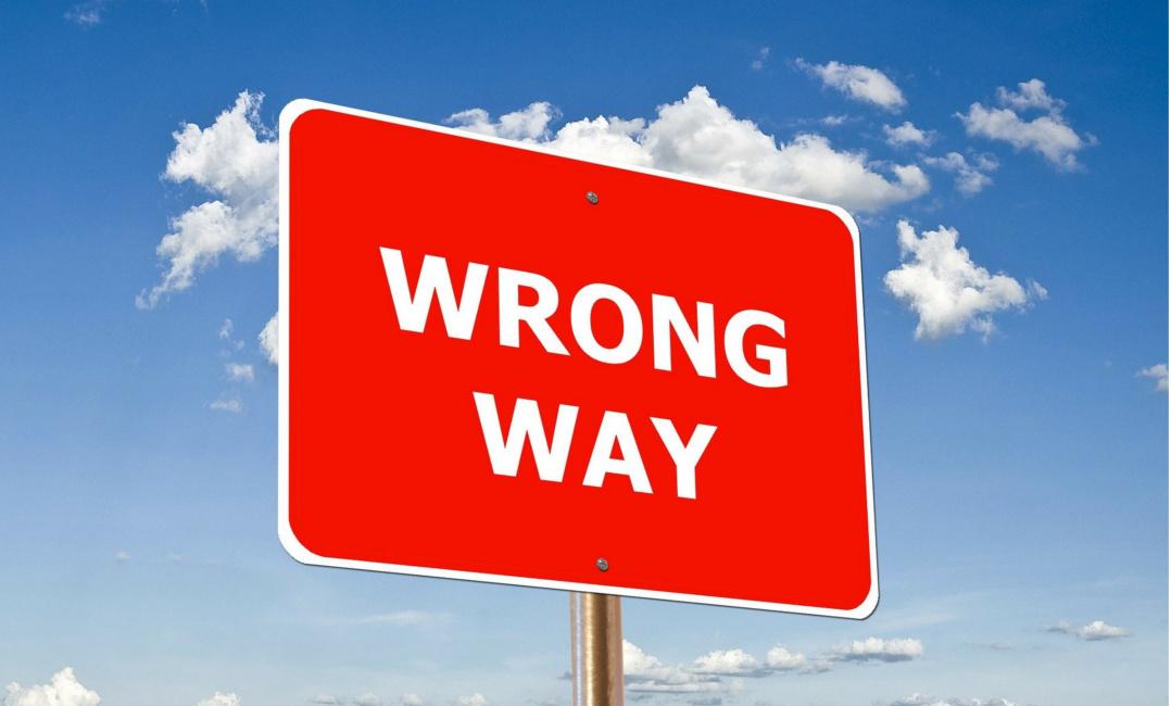 """Bild eines Verkehrsschilds mit der Aufschrift """"Wrong Way"""". Es warnt also vor einem Irrweg"""