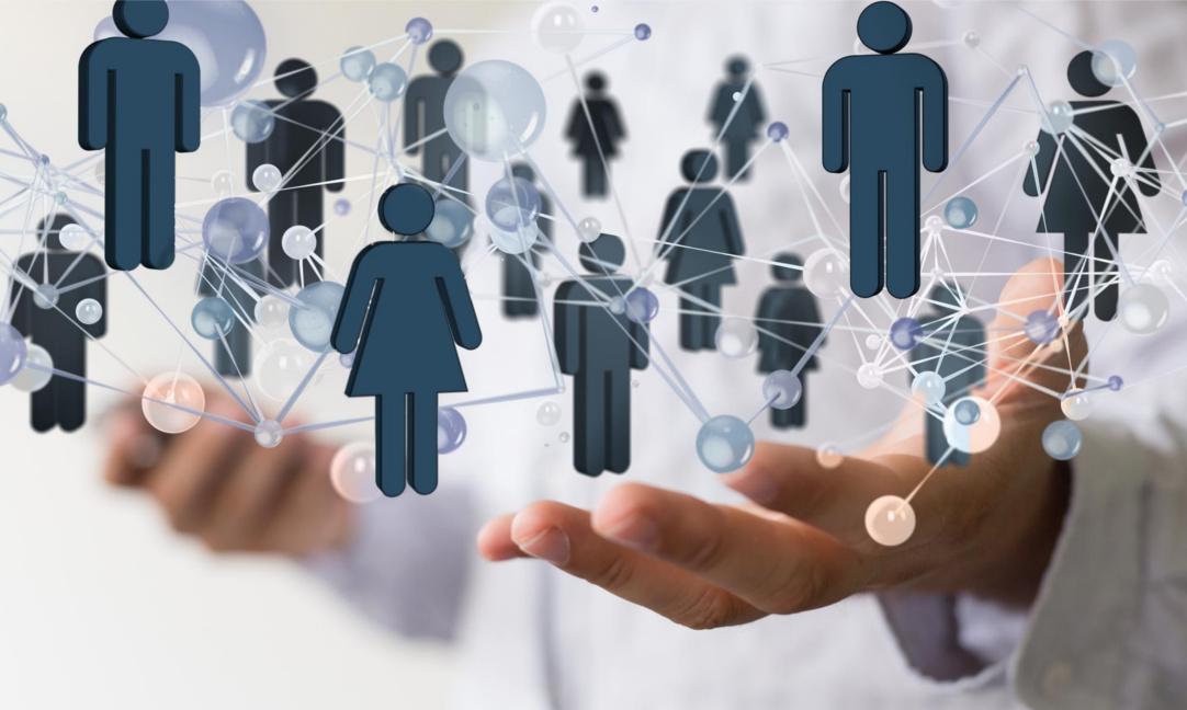 Das Bild zeigt die zwei Hände eines Businessmannes, der sich achtsam und seine Beziehungen zu seinen Kunden und diversen Stakeholdern kümmert. Der Weg zu dauerhaftem Erfolg geht über Kundenfokus statt Egozentrik.