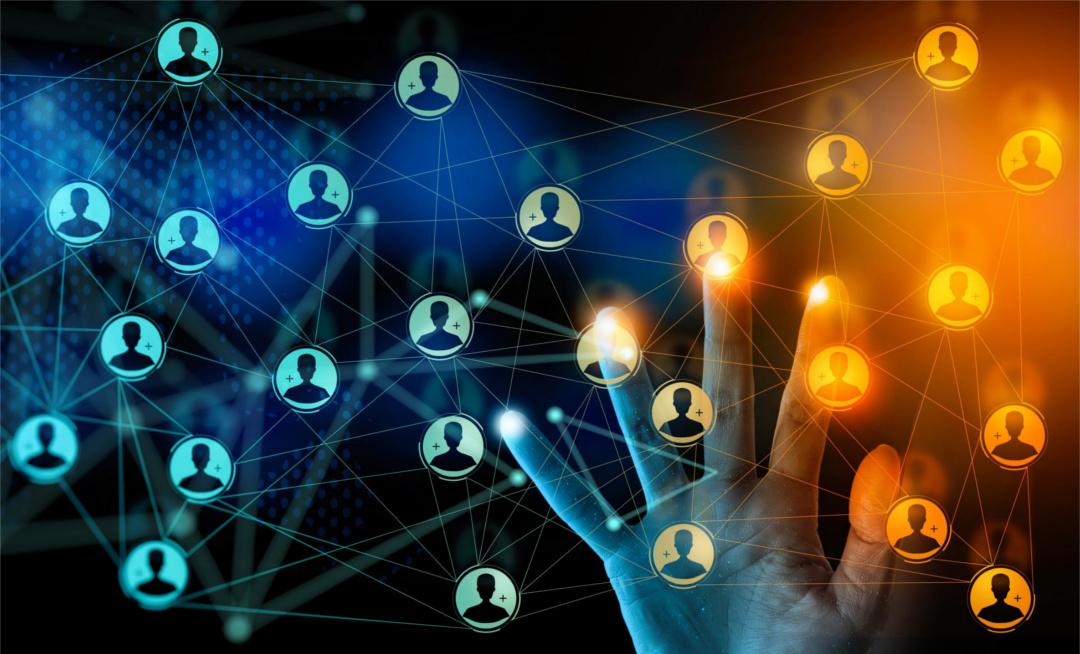 Das Bild zeigt das Diagramm eines Netzes von Beziehungen und eine Hand. Wo sich die Finger auflegen, also Beziehungen in den Fokus treten, leuchten sie golden auf. Erfolgsstrategie Kundenfokus statt Egozentrik.