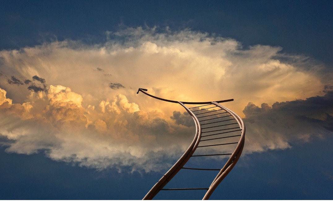Das Bild zeigt Schienen, die in den offenen Raum führen und dort enden. Nur die weitere Richtung wird angezeigt. Es gilt, dem Sinn zu folgen, denn nichts ist kraftvoller als Sinnverwirklichung.